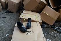 Dnes pražští celníci likviduji na skládce komunálního odpadu v Úholičkách deset tisíc páru obuvi, kterou zabavili v loňském roce. Pokud by se padělky obuvi dostali na trh, vznikla by majitelům ochranné známky škoda více než pět miliónů korun.