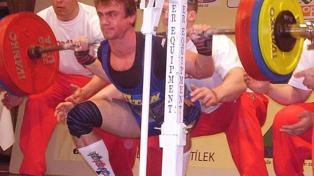 Karel Jiroušek má právě naloženo na bedrech 270 kg v discíplíně dřep, kterými odstartoval úspěšnou cestu za republikovým titulem
