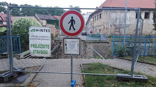 Uzavřená most přes Klenici v Mladé Boleslavi.