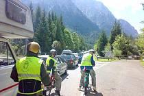 Na mopedu už dojeli do Rakouska a dostali pokutu.