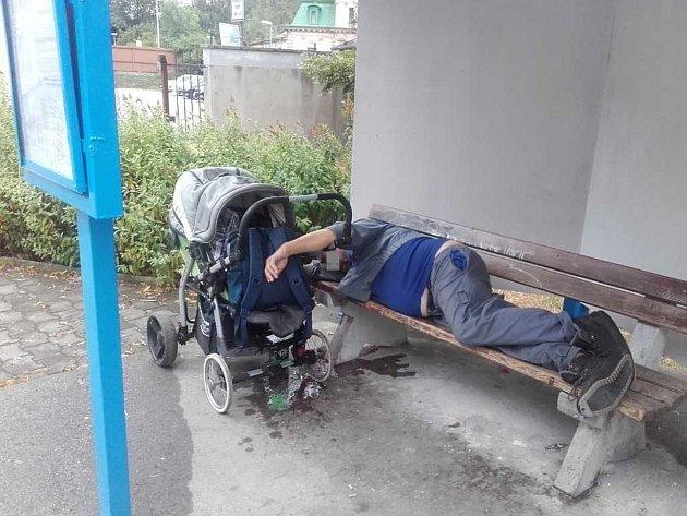 Opilec usnul na lavičce.