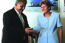 HELENA Tomanová a ředitel Řípa převzali šek.