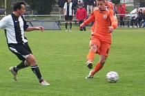 Mladý bakovský útočník Milan Mlynka (vpravo) rozhodl o výře svého týmu z penalty