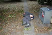 Opilý muž vystrkoval zadek na kolemjdoucí