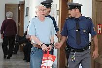 Zpokusu o vraždu se před Krajským soudem vPraze zpovídá 55letý Jaroslav M. zMladé Boleslavi.