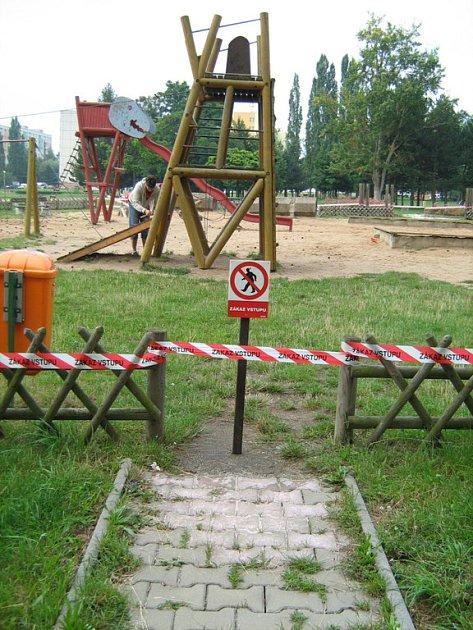 Pátek odpoledne. Dětské hřiště v Novém parku je obehnáno páskou se zákazem vstupu. Byla provedena první opatření.