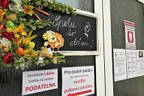 Dveře městského úřadu v Bakově nad Jizerou.