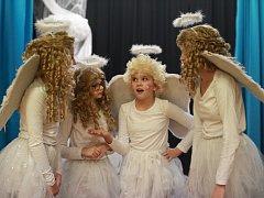 V sobotu proběhla v sále Obecního domu v Dolních Stakorách premiéra nové muzikálové pohádky místního dětského divadelního souboru, Jak s andělem čerti šili.