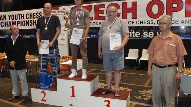 Stupně vítězů mistrovství Evropy šachistů: (odleva) mezinárodní mistr Petr Pisk, Tomáš Popper, Ruslan Butchak, Václav Klain, ředitel MRE Jan Mazuch