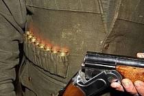 Střelec myslel, že mířil na divočáka, trefil ale člověka