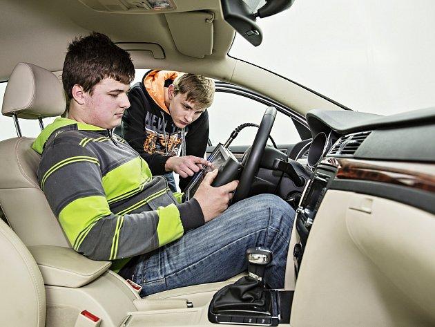 Vozidla i diagnostické přístroje dostávají školy od automobilky na zkvalitnění výuky.