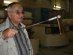 Vladimír Ulrich z dobrovického cukrovaru kontroluje difúzní šťávu