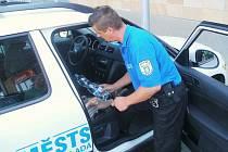 Díte z rozžhaveného auta zachránili městští strážníci.