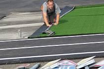 Pokládka umělého trávníku na dopravním hřišti