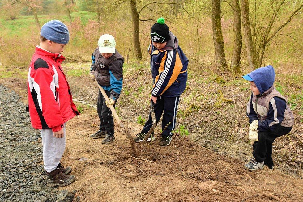 Děti z dolnobousovského přírodovědného kroužku pomáhaly vylepšovat studánku v Rohatsku