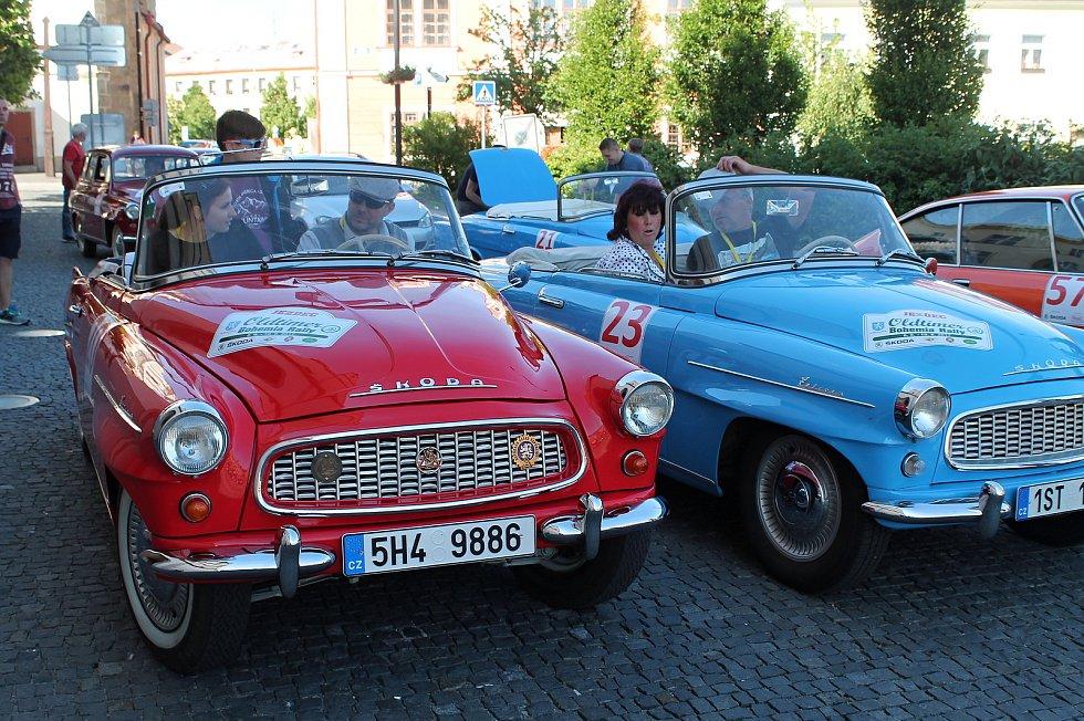Čtyřiapadesát posádek stanulo ve čtvrtek po 17. hodině na Staroměstském náměstí v Mladé Boleslavi na startovní čáře dalšího ročníku Oldtimer Bohemia Rally.