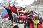 Horolezci při obřadu Pudža, nepálské modlitbě k hoře (Petr Mašek úplně vpravo)