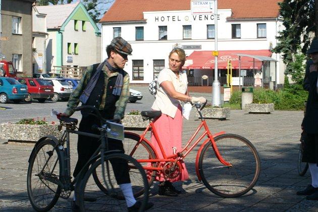 Řidiči se nestačili divit! Potkávali cyklisty v dobovém oblečení!