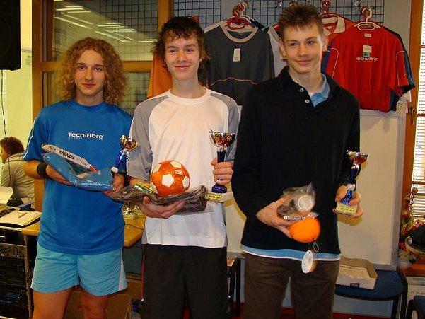 Boleslavský squashista Filip Kulka (uprostřed) s vítěznou trofejí.