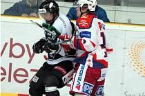 Boleslavský kapitán Richard Král (vlevo) rozhodl dvěma góly o vítězství Boleslaváků v prodloužení.