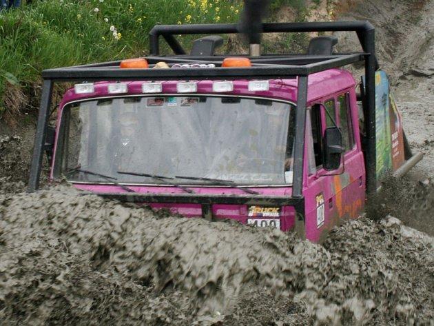 Tatra se zaryla do nánosu bahna.