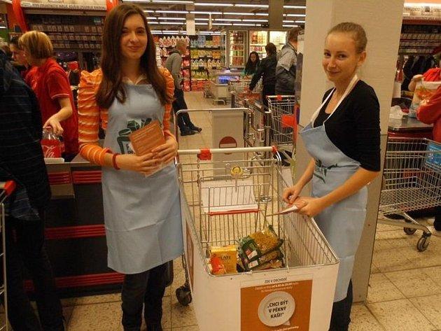 DOBROVOLNICE, které v supermarketech dávaly lidem letáčky a radily, jaké trvanlivé potraviny koupit.