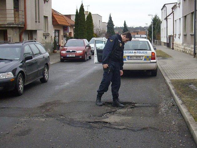 Výtluk v silnici v Okružní ulici v Mladé Boleslavi