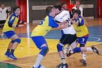 Jen těžko zastavovali hráči HC Auto Škoda v žlutomodrém útočící hráče Náchoda.
