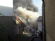 Zhruba v 19,30 hodin se ozvalo postupně několik výbuchů v garáži v historické části Benátek nad Jizerou, ve Smetanově ulici. Následně garáž začala hořet. Podle našich informací tam vybuchly plynové bomby.