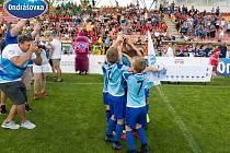 Loňské finále Ondrášovka Cupu pro devítileté v Příbrami ovládla Mladá Boleslav (v modrém).
