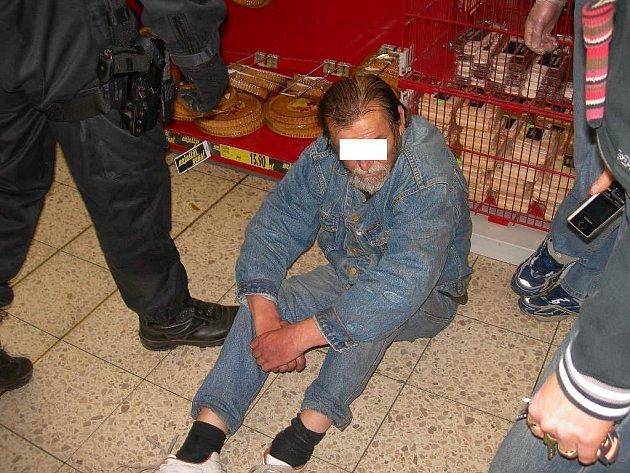 Bezdomovec si ustlal přímo u regálů v obchodě