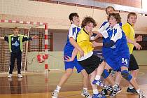 Boleslavská obrana (v modrém) se snaží zastavit útok hráče domácí Třeboně.