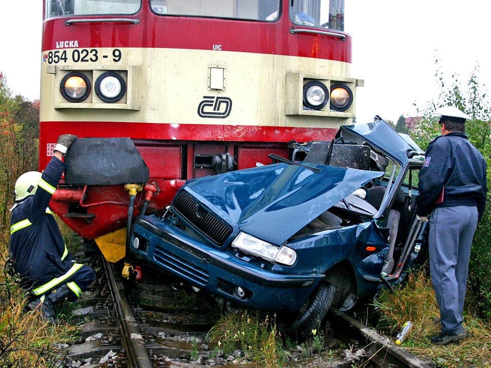 Vlak osobní auto, které mu vjelo do cesty, doslova slisoval a tlačil před sebou po kolejích asi 250 metrů. Řidič osobního vozu nemohl hroznou nehodu přežít. Zemřel.