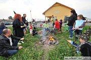 KOLOMUTY a místní čarodějnický průvod desítek lidí k vatře s lampiony v rukou.