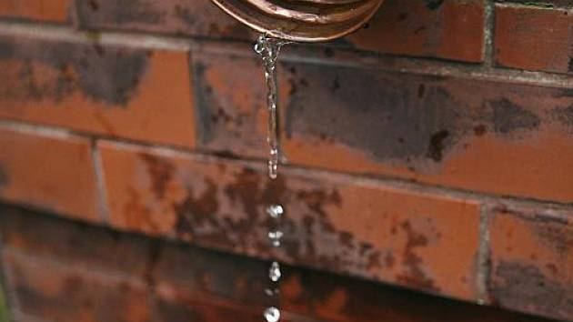 Řešení zasakování dešťové vody děsí obyvatele okolních domů.