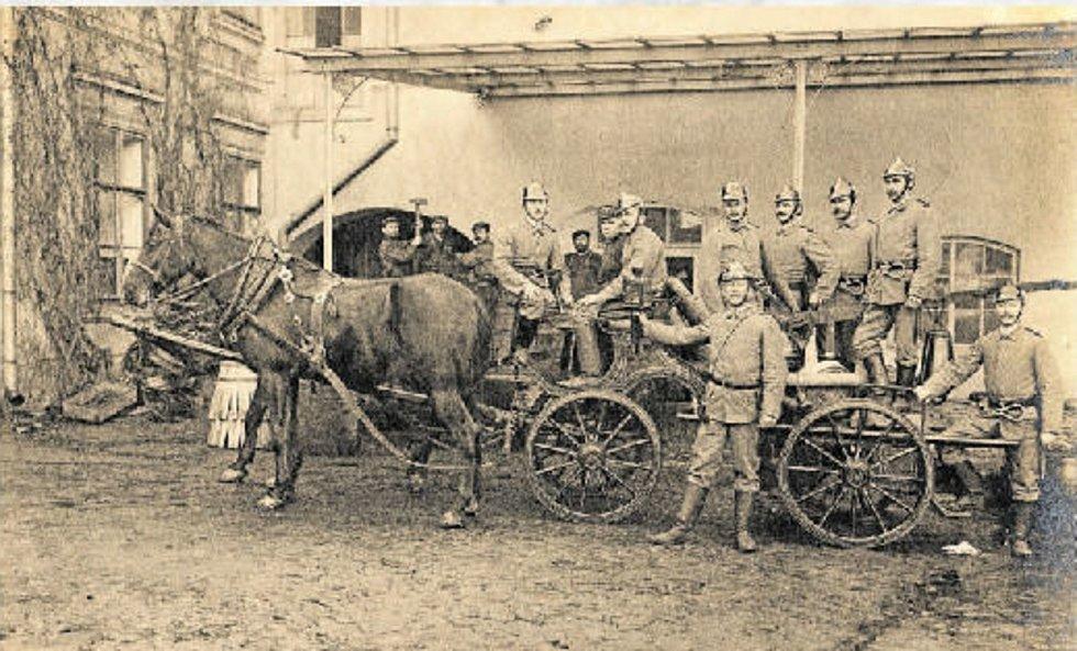 Pivovarští hasiči a jejich koňmi tažený povoz