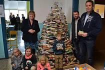Studenti postavili z vyřazených knih vánoční stromek.