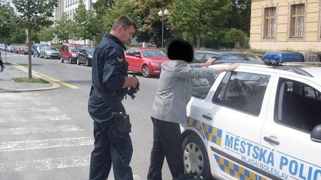 Muž obtěžující nezletilé dívky skončil v rukou policistů