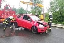 Automobil uvízl ve strouze. Vyprostil jej jeřáb