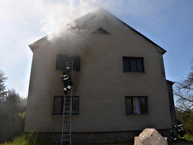 Požár rodinného domu v Benátkách nad Jizerou na Mladoboleslavsku napáchal škodu za 700 tisíc korun.