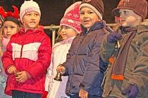Děti z Mateřské školy v Bakově při vystoupení při první adventní neděli
