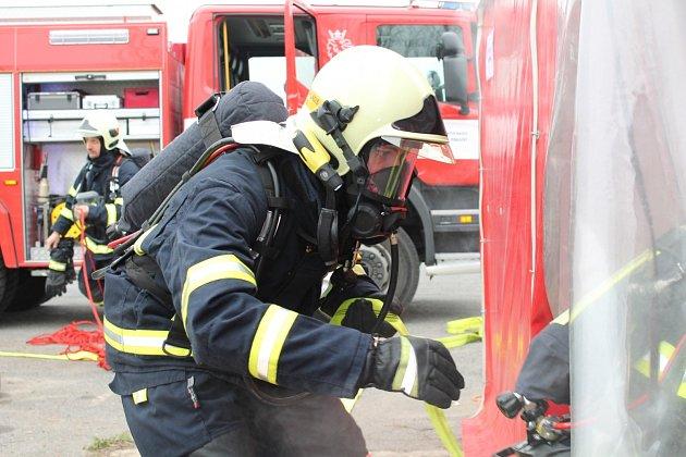 Fyzickou zdatnost, teoretické znalosti itechniku zásahu otestovala odborná příprava velitelů a strojníků hasičských jednotek.