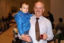 Dobrovolný dárce krve Petr Hašek se synem Patrikem