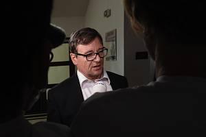 Rozhodovat o odvoláních proti odsuzujícímu verdiktu Krajského soudu v Praze v případě údajných korupčních manipulací se zakázkami Středočeského kraje, spojovaných především se jménem někdejšího hejtmana Davida Ratha, začal v pondělí Vrchní soud v Praze.