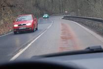 Naftou zaneřáděná silnice musela být zasypána sorbentem.