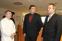 V NEMOCNICI ministra zdravotnictví Svatopluka Němečka doprovázel ředitel Luděk Kramář (uprostřed). Na snímku vlevo primář interního oddělení Roman Košek.