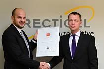 Ředitel firmy Recticel Interiors CZ Ing. Pavel Vokurka (vpravo) přebírá ocenění CZECH Stability Award.