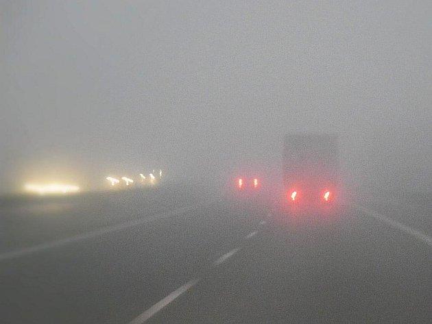 Špatné rozptylové podmínky a smog trápí také Mladoboleslavsko. Na snímku z rána 15. listopadu mladoboleslavská rychlostní silnice R10.