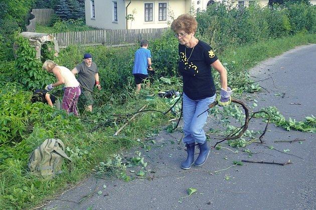 ČSOP KLENICE čistila okolí nalezené kapličky.
