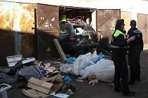 Skládku z garáže přestěhoval na ulici